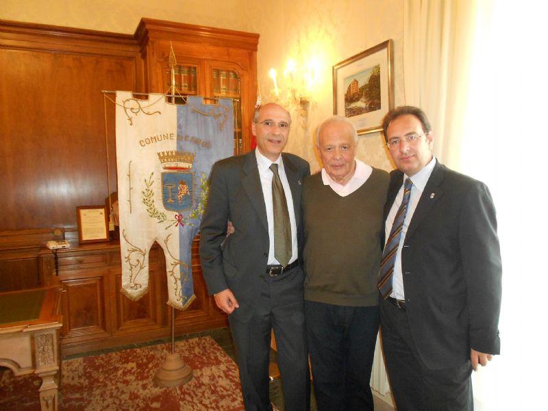 Placido Napoli tra il presidente del consiglio comunale Francesco Migliazzo e il sindaco Giuseppe Ferrarello