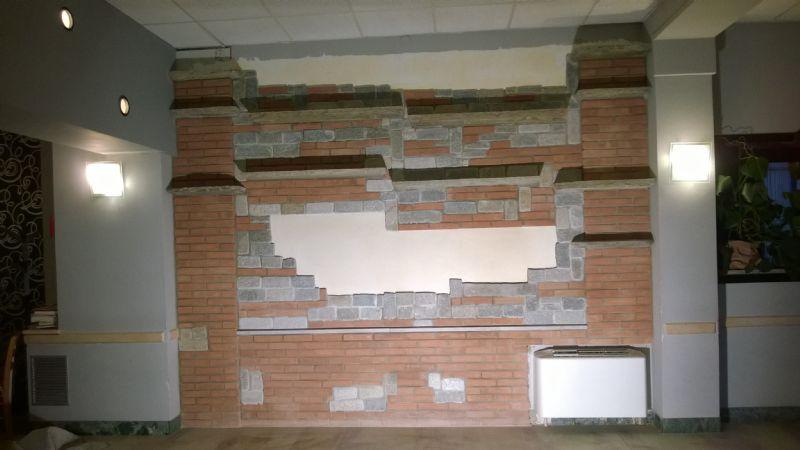 Interesting parete attrezzata in sassi e mattoni a vista for Pareti attrezzate in muratura