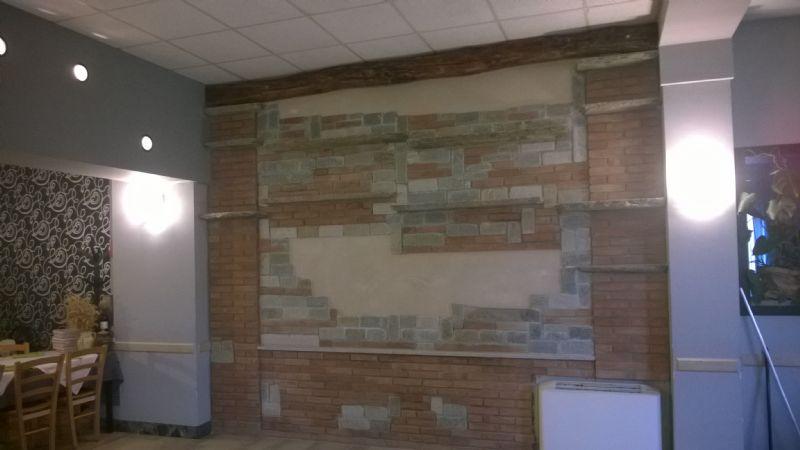 Great parete attrezzata in sassi e mattoni a vista with - Sassi decorativi per interni ...