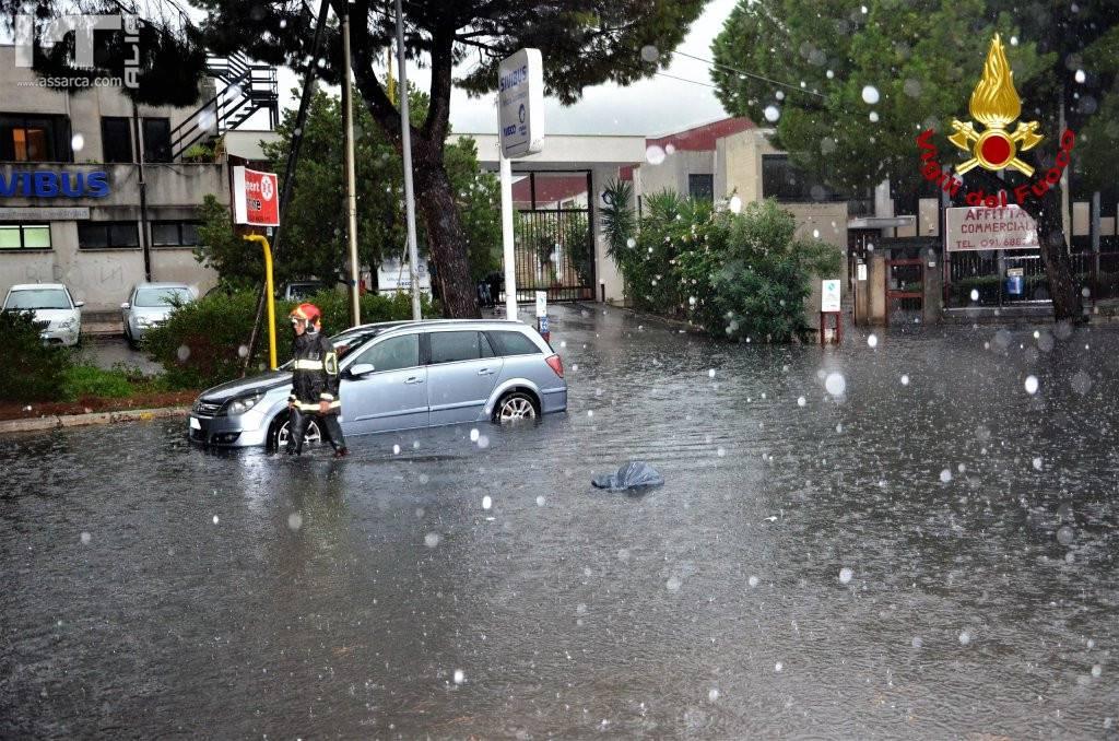 Il maltempo si abbatte su Palermo e Catania: strade allagate e auto bloccate, è allerta meteo in Sicilia