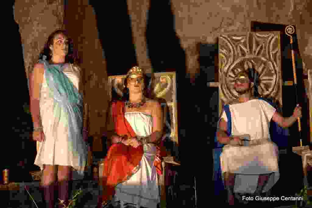 Sulle tracce di Minosse, Spettacolo di teatro sperimentale. Ispirato dalle leggende del re Minosse,a cura dell`Associazione Generazione Sicilia. ( Foto dopo spettacolo seguira video)