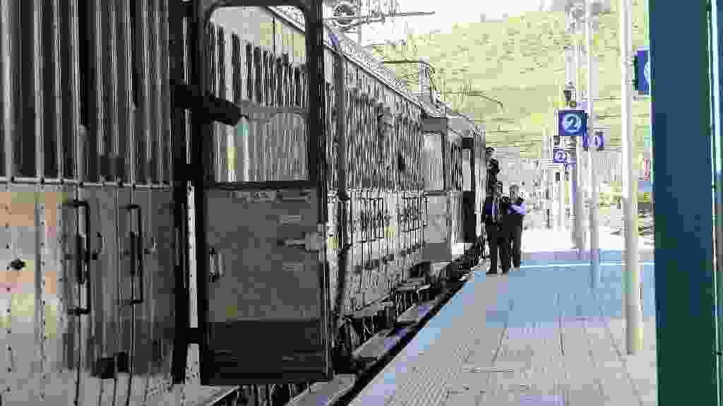 """Treno storico con carrozze """"100 porte"""" sedili in legno e posti di 3^ classe, diretto ad Agrigento, in occasione della festa del """"Mandorlo in Fiore """" 2018. Stazione di Roccapalumba 11 Marzo 2018"""
