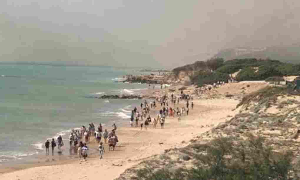 Incendio nella riserva di Kamarina: evacuato il Club Med, l`appello del ministro Costa: