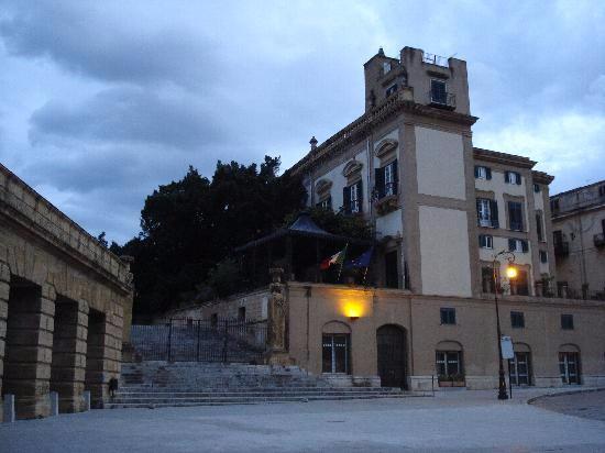 Palermo. Dalla Cala ai Palazzi Storici. Passeggiata al Piano della Marina