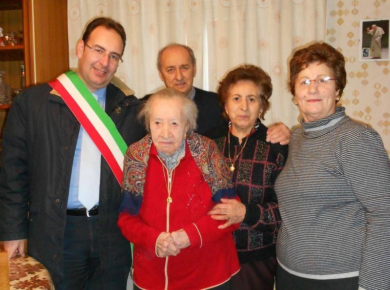 GANGI, FESTEGGIA I 104 ANNI DI NONNA FRANCESCA