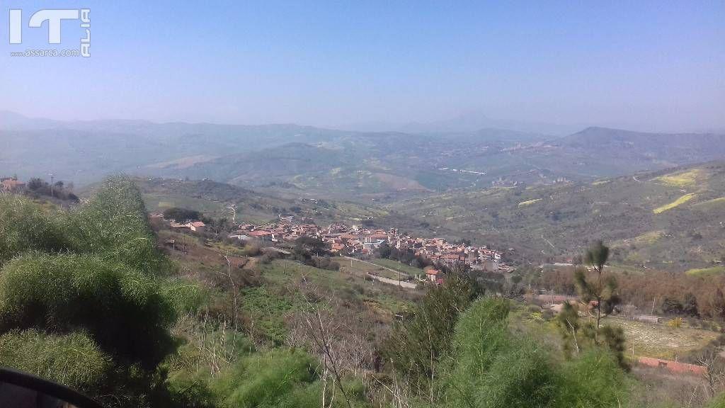 Un piccolo paesello sulla collina Alia