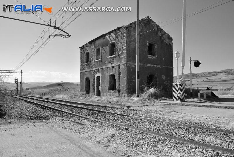 casello ferroviario in disuso (marcatobianco)