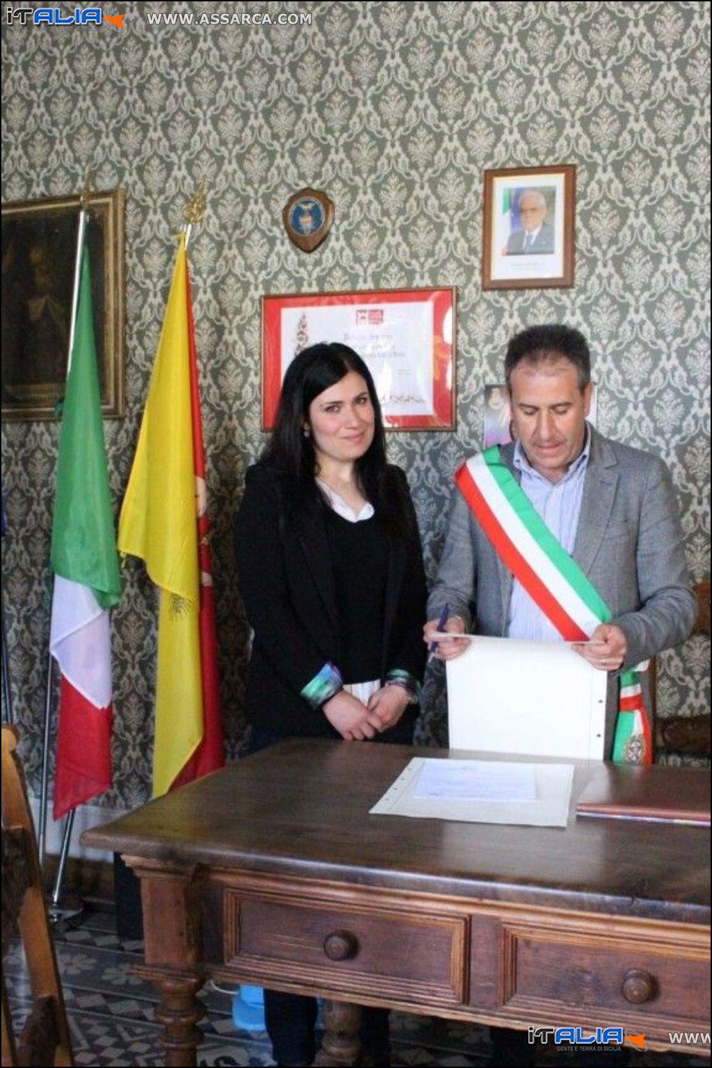 Il sindaco consegna cittadinanza italiana
