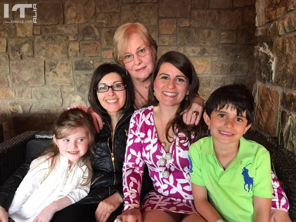 Mia sorella Tina con le figlie e due dei tre nipoti.