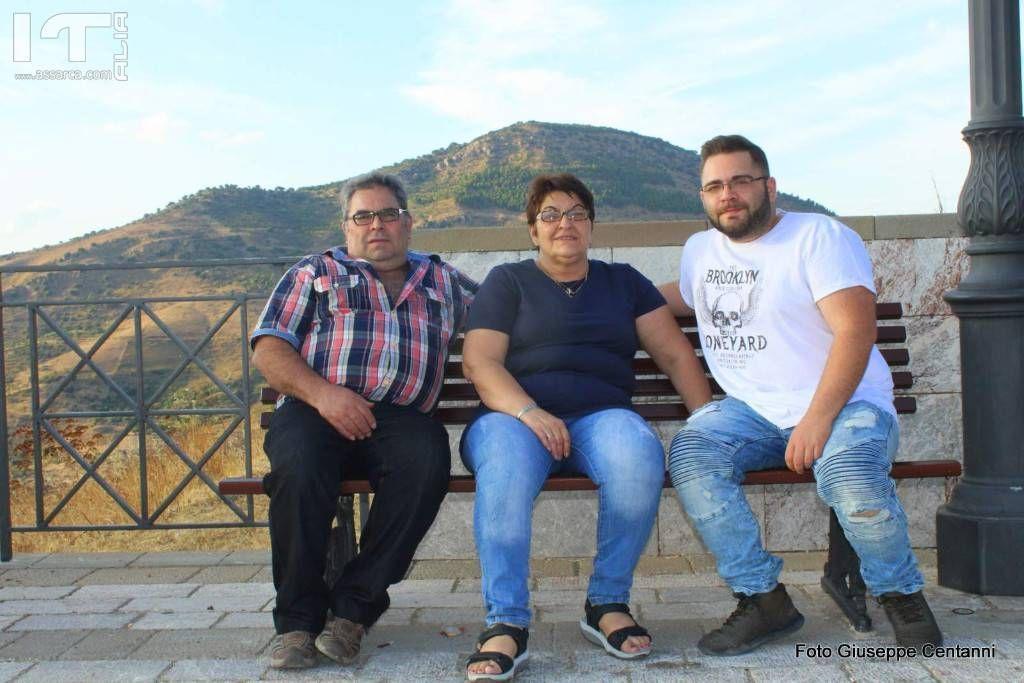 Domenico Vicari con i suoi genitori.