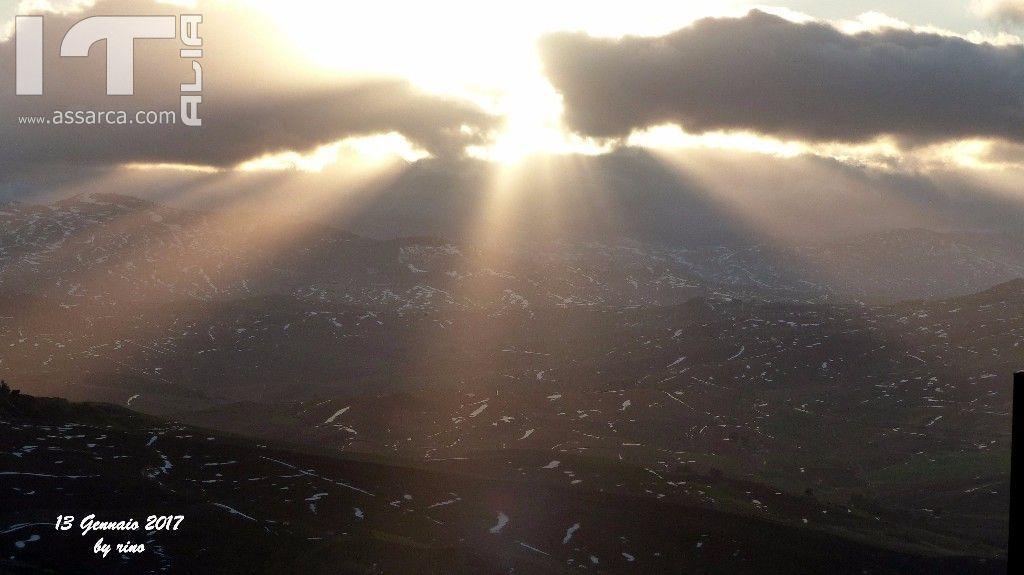 Il Sole fa capolino tra le nuvole