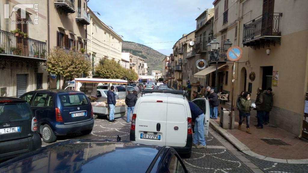 Autoarticolato blocca la circolazione.