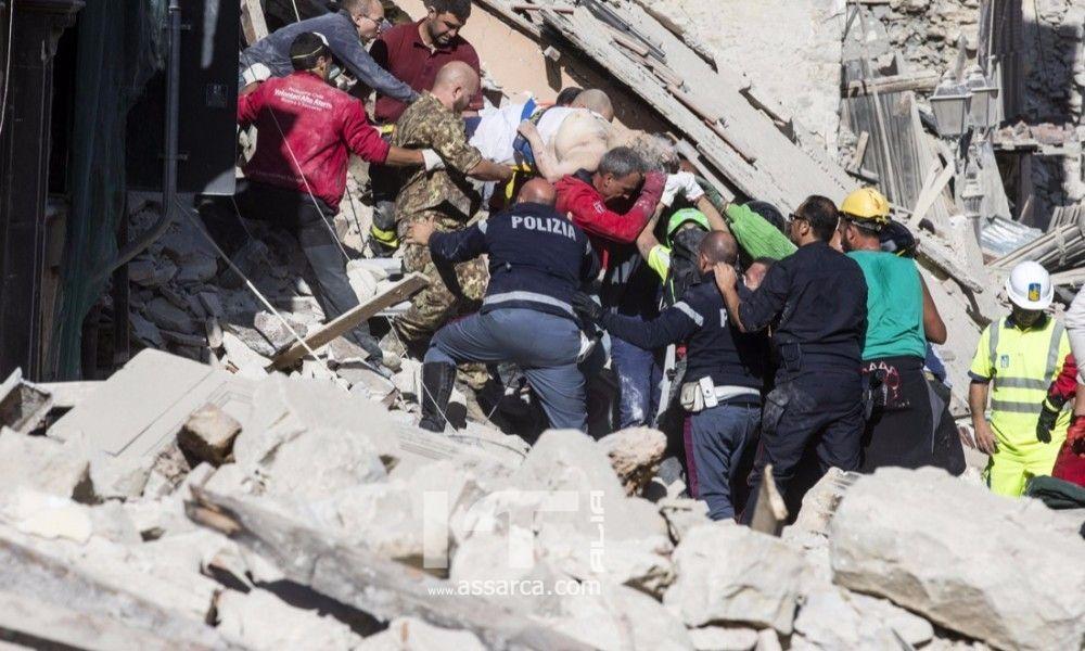 Terremoto: Scena straziante di un cane che saluta il padrone morto tra le macerie