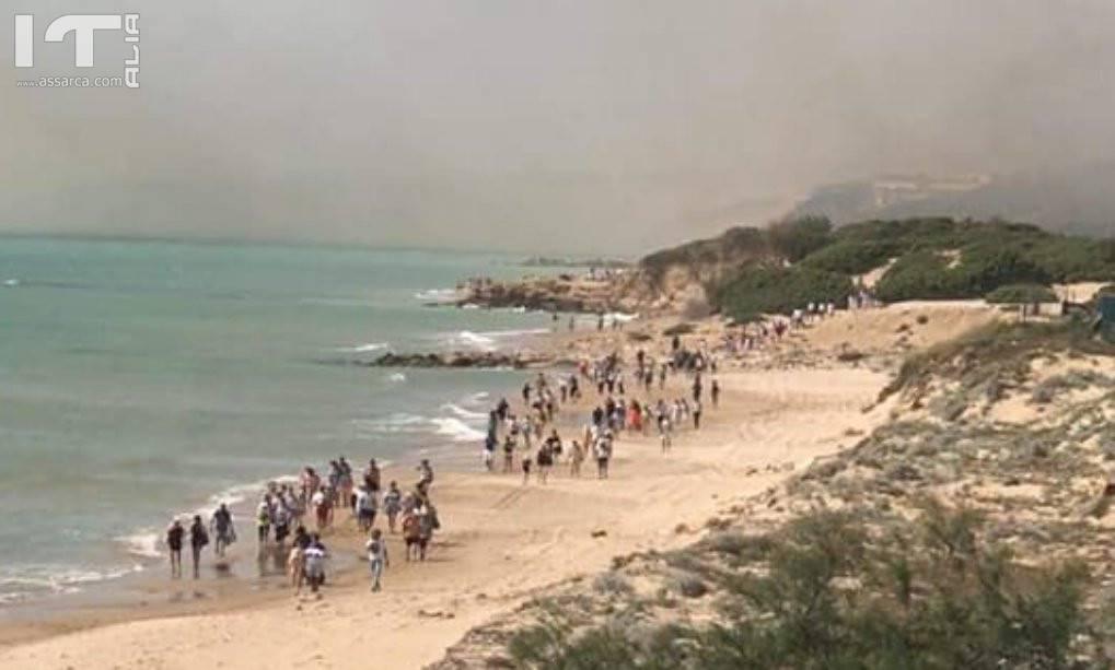 """Incendio nella riserva di Kamarina: evacuato il Club Med, l`appello del ministro Costa: """"Cittadini sentinelle"""""""