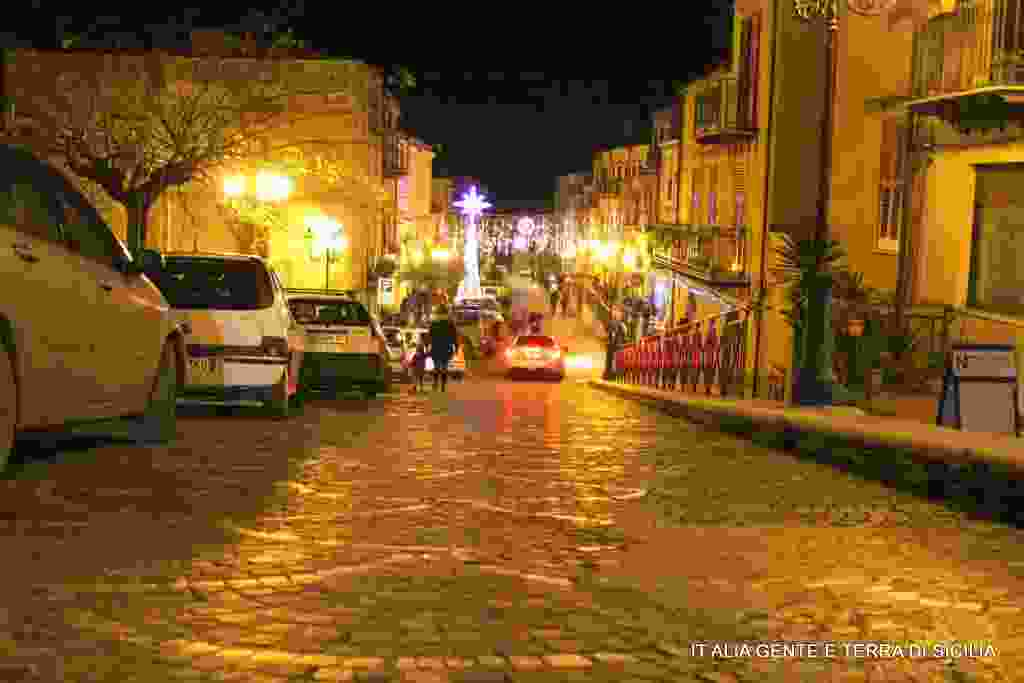Le luminarie in via Garibaldi.