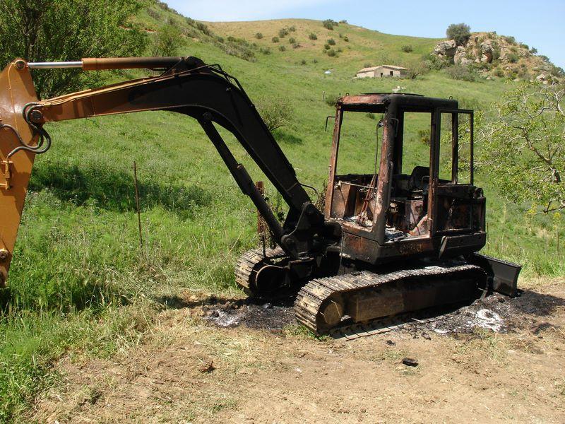 Alia:  Atto intimidatorio, due  escavatori sono stati dati alle fiamme