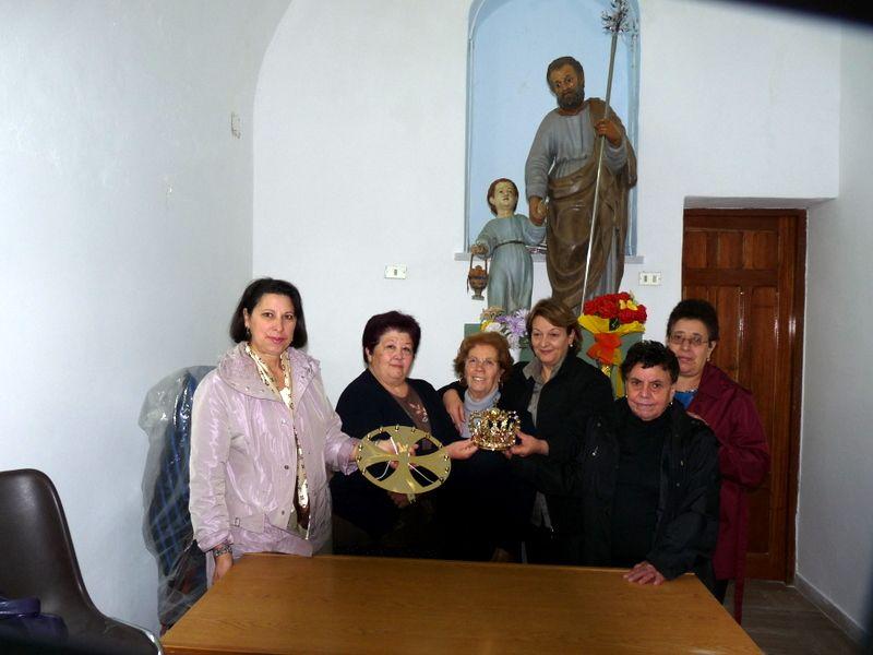 Alia:Una corona e un?aureola per la statua di San Giuseppe della omonima Confraternita.
