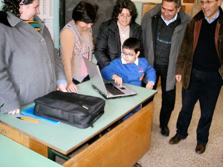 L'amministrazione dona un computer ad un alunno.
