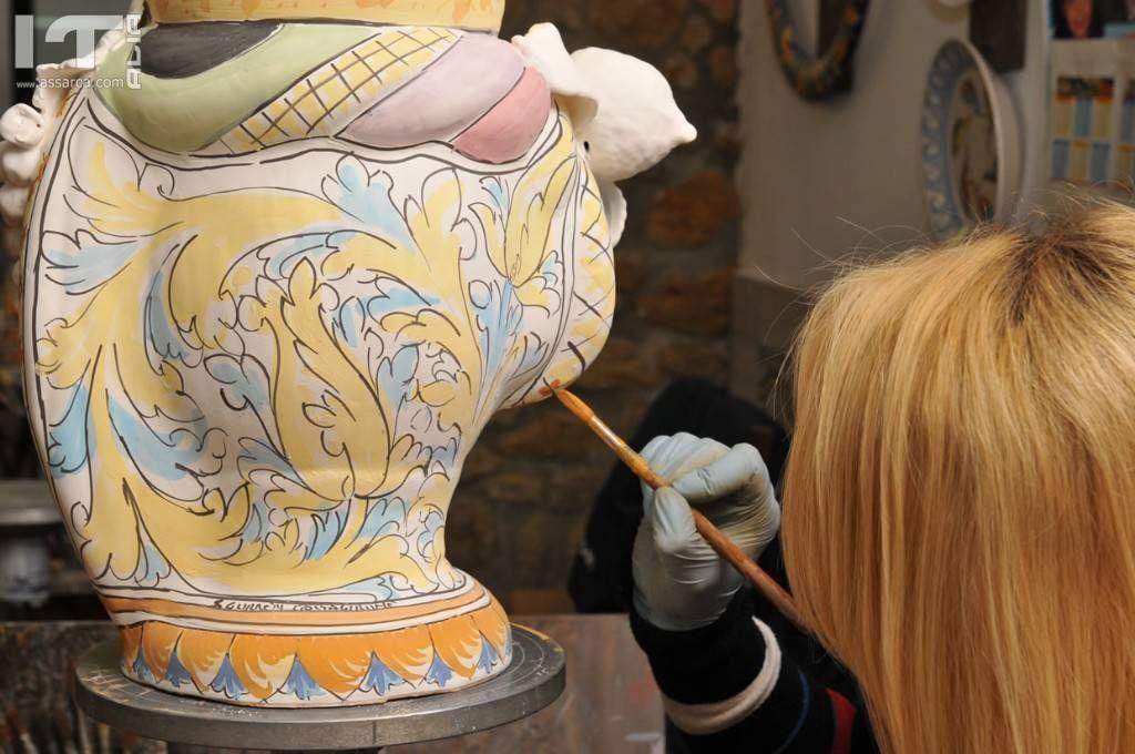 Come viene lavorata la ceramica di Caltagirone
