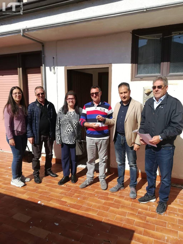 Il sindaco Pietro Macaluso e la sua giunta consegnano alloggio popolare