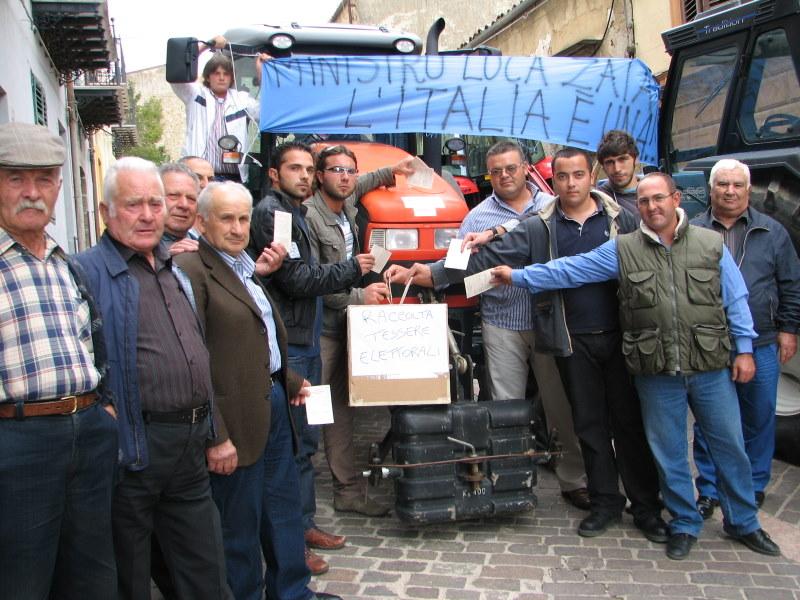 Valledolmo : Scendono in piazza con i loro mezzi agricoli