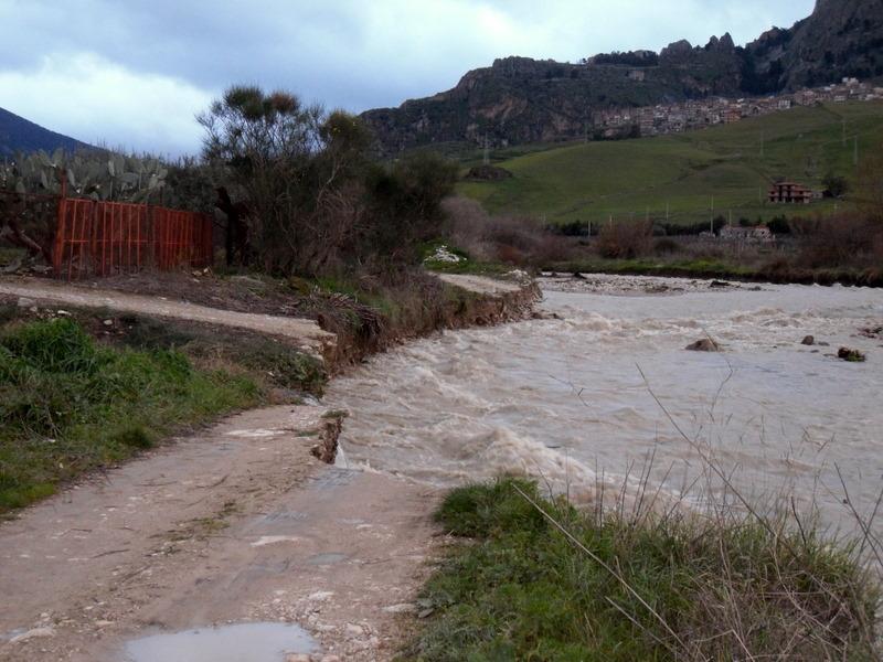 Castronovo di Sicilia : Le incessanti pioggie, hanno fatto esondare il fiume Platani