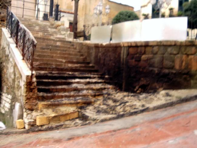 Chiesa Madre - La scalinata necessita urgenti lavori di recupero.