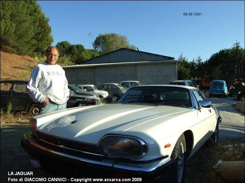 La Jaguar - Niky con una delle sue auto d`epoca.