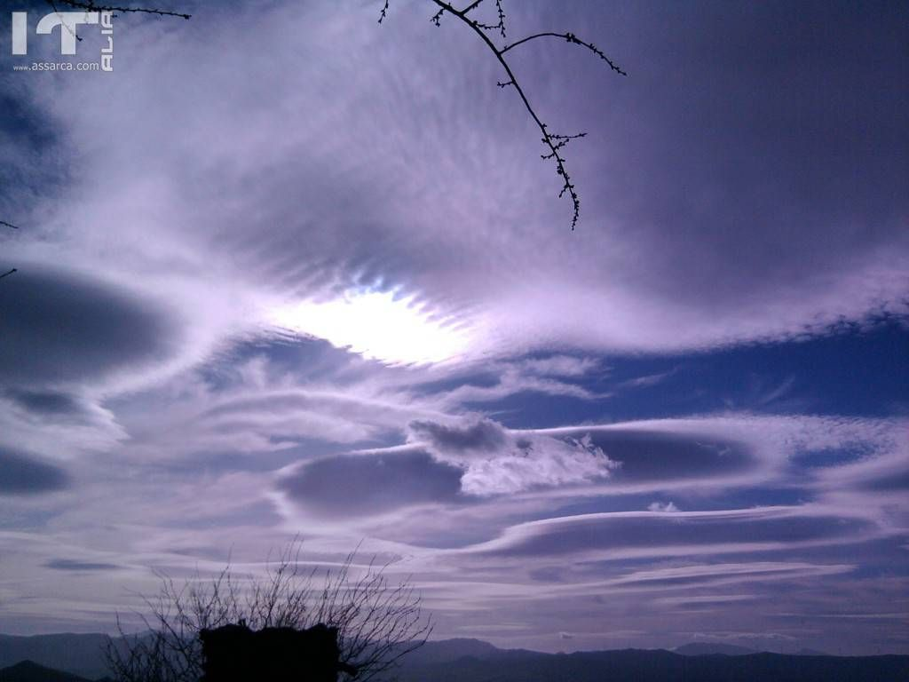 fascio di luce in mezzo alle nuvole
