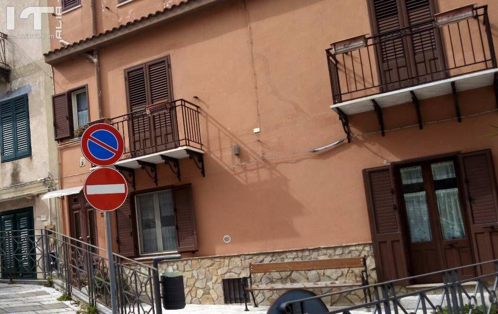 Via Croce di Pietra - Un segnale stradale fuori posto...