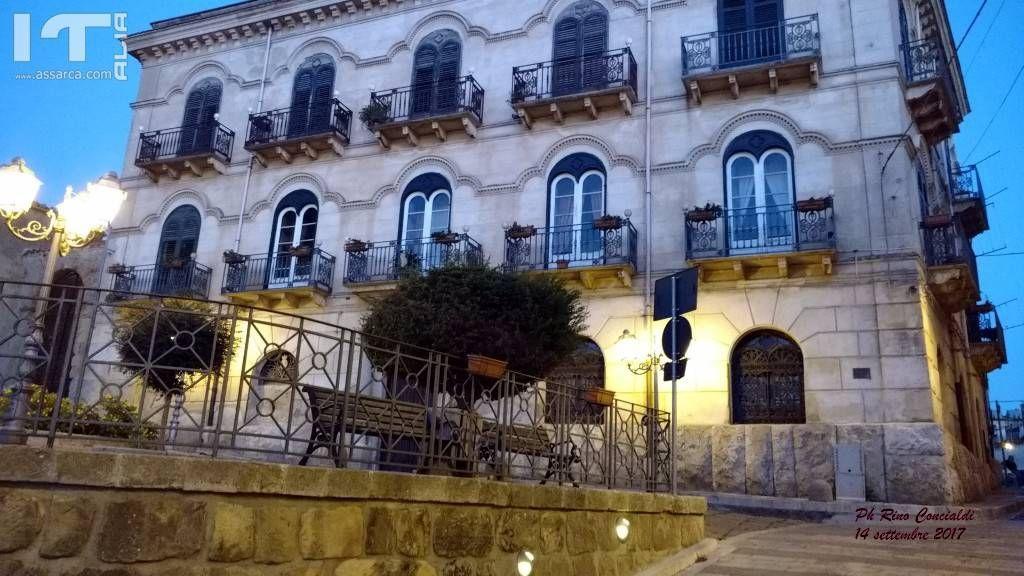 Il Palazzo Guccione al calar della sera.