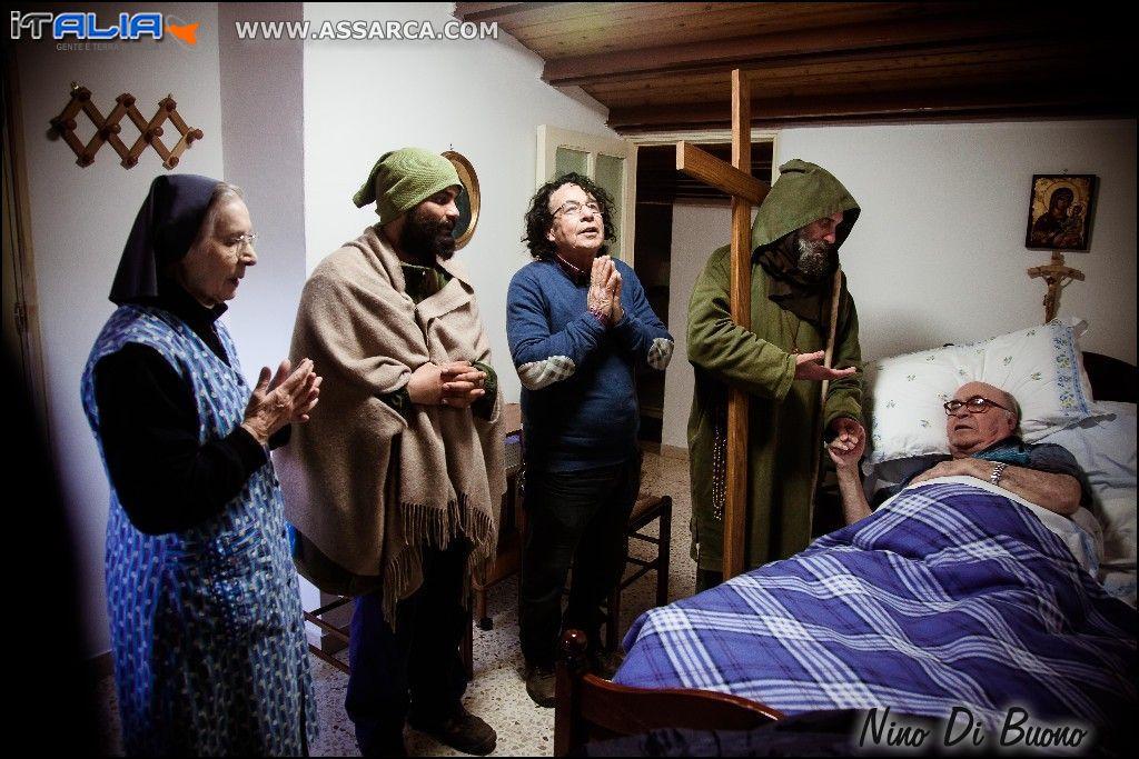 Biagio Conte con un gruppo di fedeli e Padre Rosolino La Mendola