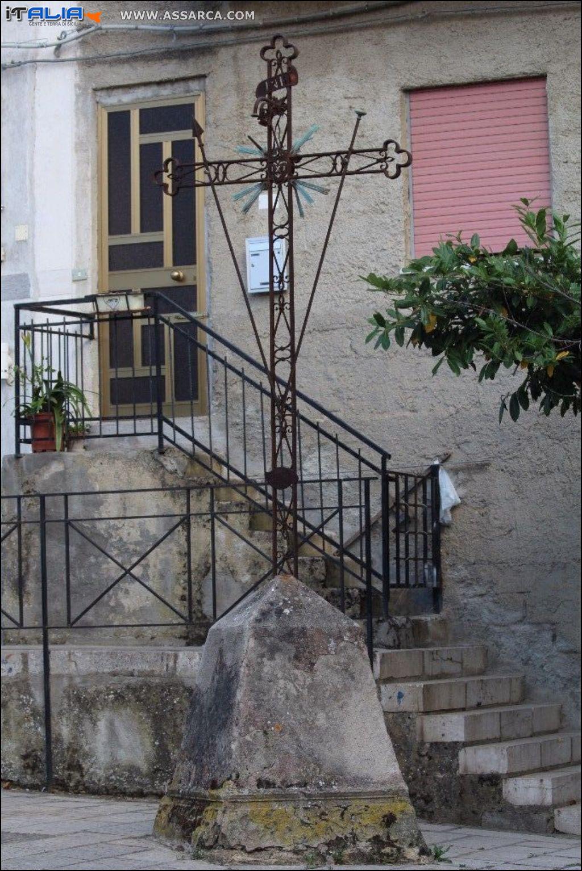 La croce in ferro,posta in piazza santa Rosalia.