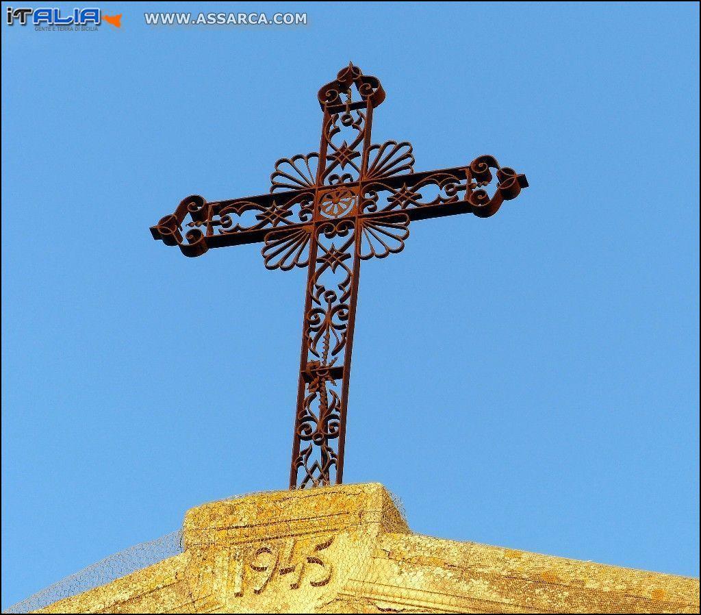 La Croce in ferro  che inneggia sulla  chiesa di Sant`anna