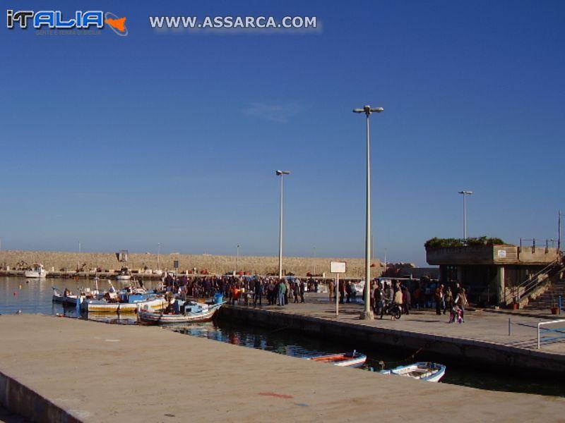 Porto di Isola delle Femmine all`arrivo del pesce dalle barche.