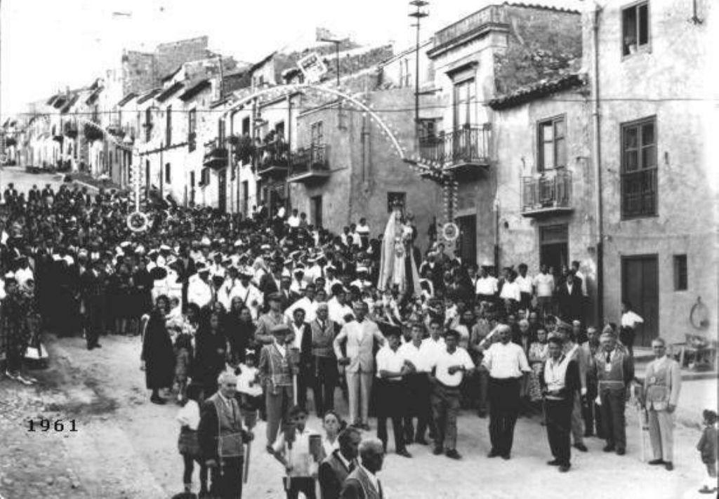 PROCESSIONE DELLA MADONNA DELLA LUCE ANNO 1961. ( FOTO TRATTA DAL WEB)