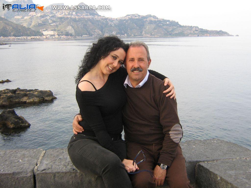 Cinzia e Turi, sullo sfondo Taormina.